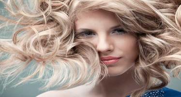 Chica guapa con pelo rubio