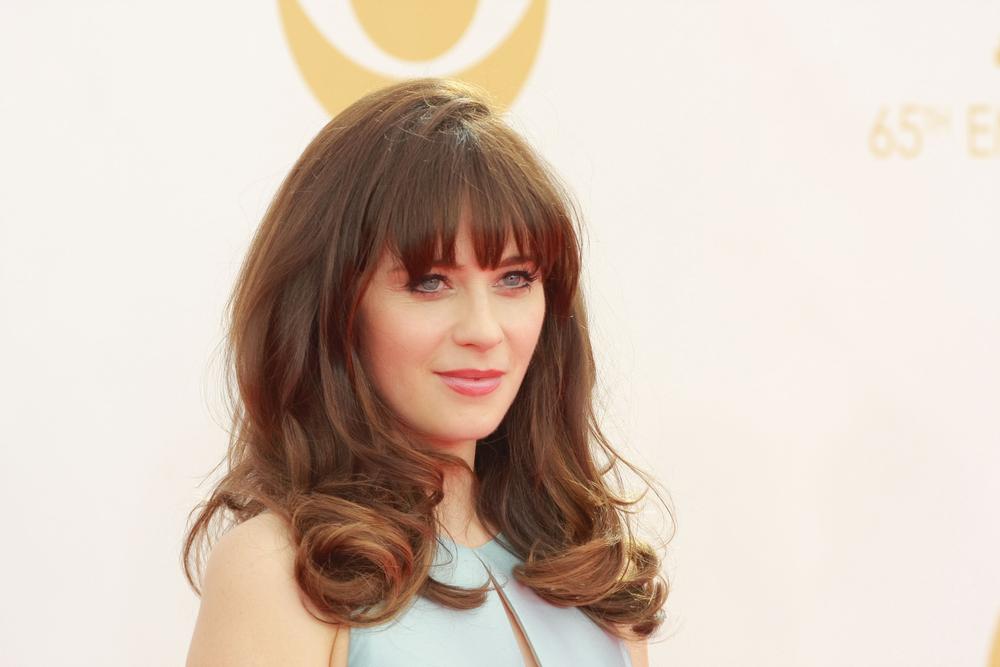 La actriz Zooey Deschanel luce un flequillo tupido y desfilado.