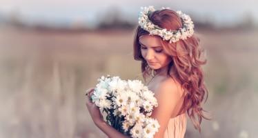 Mujer joven con corona de flores en el pelo.