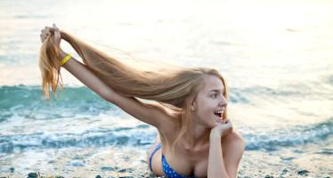 Chica con pelo largo en la playa