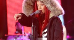 Famosas que llevan extensiones Rihanna